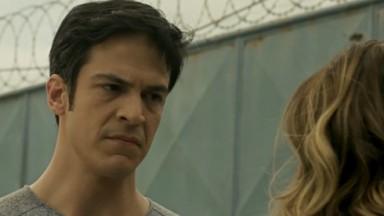 Eric encarando Maria Pia com desconfiança