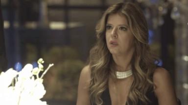 Maria Pia com expressão de susto para Eric em cena de Pega Pega