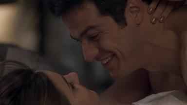 Eric e Luíza na cama, sorrindo