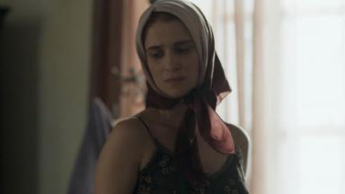 Mônica disfarçada com um lenço na cabeça