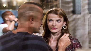 Helena com olhar de desconfiança para Salvador