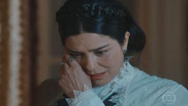 Teresa Cristina enxugando as lágrimas com uma das mãos