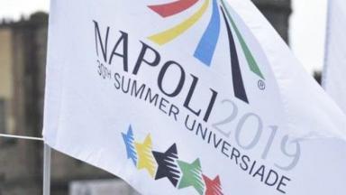 Bandeira com o logo da Universíade de Verão