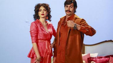 Rafael Vitti e Isabelle Drummond vestidos como Sinhozinho Malta e Viúva Porcina