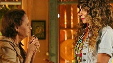 Veridiana segura o terço enquanto escuta atenta o que Elba Ramalho tem a dizer