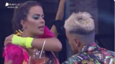 Na pista de dança, Victória conversa com Lipe durante festa em A Fazenda 2020