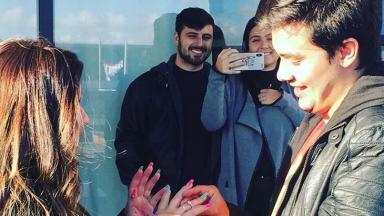 Victor Aguiar pede Giulia Ayumi em casamento