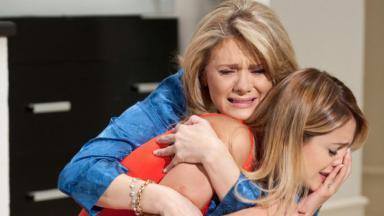 Vitória segura Niki enquanto as duas choram