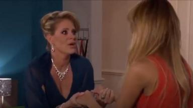 Vitória conversa com Nikki em Amores Verdadeiros no quarto dela