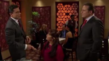 Heriberto está próximo à mesa de Vitória e Osvaldo em Triunfo do Amor