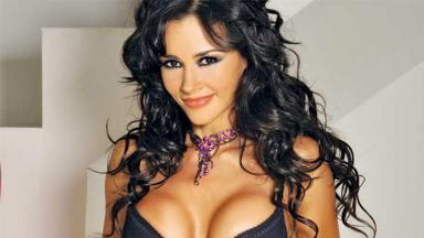 A atriz mexicana Dorismar usando roupas íntimas