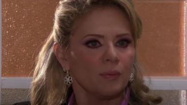 Vitória está na casa de Josefina em cena de Amores Verdadeiros