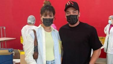 Wesley Safadão e Thyane Dantas, de máscaras e em pé lado a lado, num posto de vacinação
