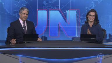 William Bonner e Renata Vasconcellos noticiam no JN invasão de homem armado à sede da Globo