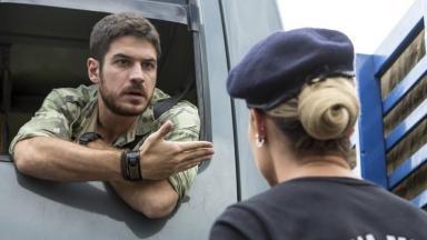 Zeca, dentro de seu caminhão, conversa seriamente com Jeiza