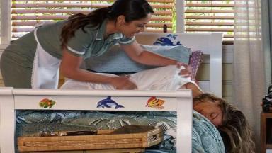 Zuleika sacode Ester que está apagada na cama