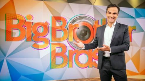 Tadeu Schmidt aponta para o logo do BBB