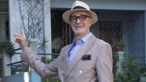 Marcos Caruso de terno durante gravação de Pega Pega na Globo