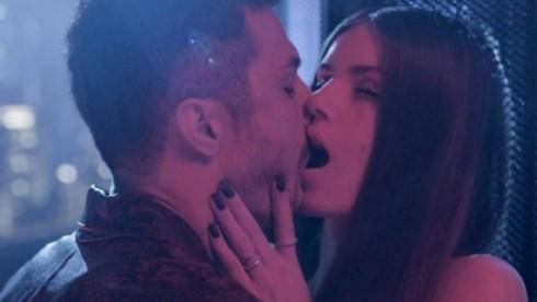 Cena de Verdades Secretas 2 com Angel beijando Cristiano