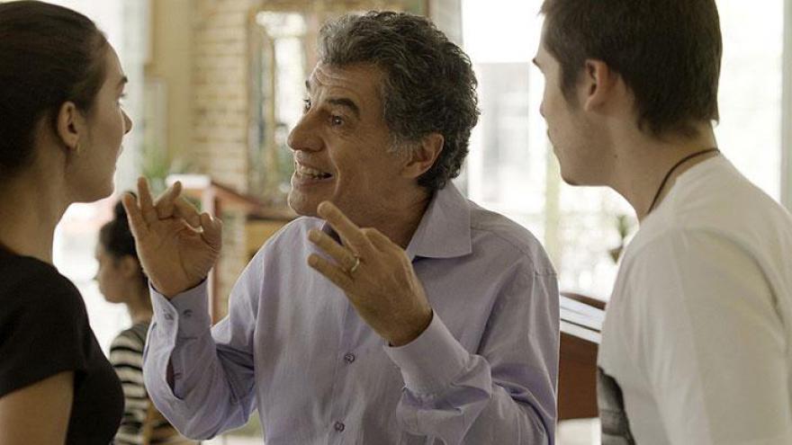 Haroldo (Paulo Betti) fica furioso e demite a jovem