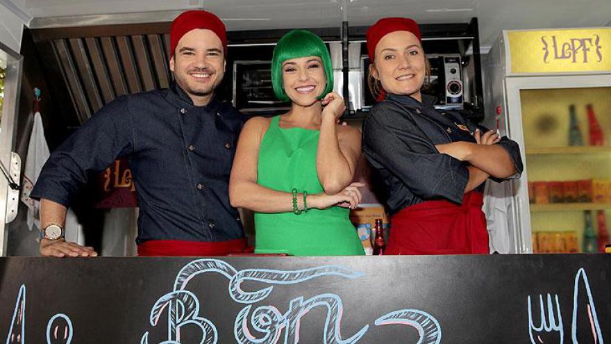 Priscila Sol interpreta a famosa Tia Perucas, no remake Carinha de Anjo, do SBT. Ela ao lado do elenco da trama.