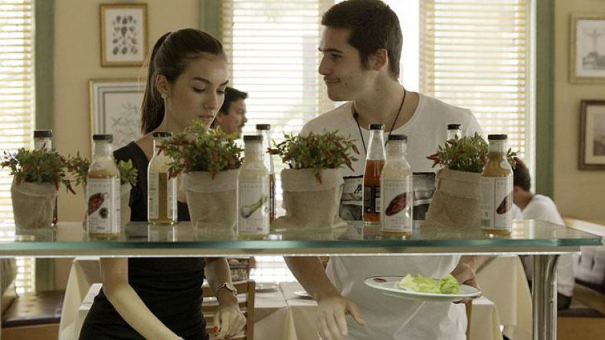 Yasmin (Marina Moschen) e Zac (Nicolas Prattes) discutem no restaurante
