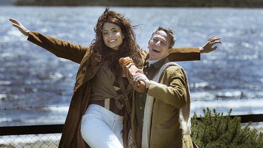 Magia de arquipélago chileno impressiona equipe da novela durante a cena de conversa à beira do lago.