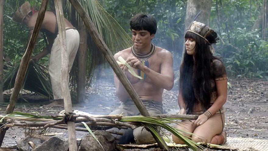 Jacira ajuda Piatã no aprendizado da vida indígena