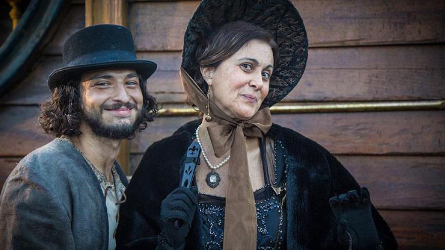 Narcisa é a esposa de José Bonifácio. Hugo é a primeira pessoa que ela conhece.
