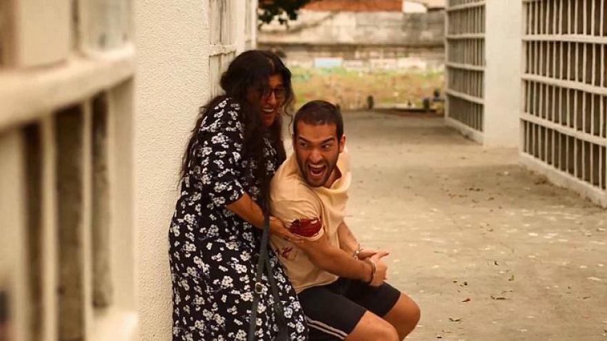Filho salva mãe
