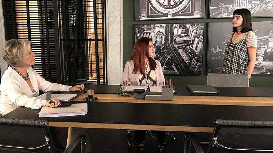 Bebeth enfrenta Sabine e defende Cristóvão. Garota fica irada ao saber que madrinha mandou Cristóvão se afastar de Dom.