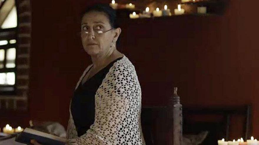 Cristina Michaus como Doña Esperanza é a mãe Joaquín.