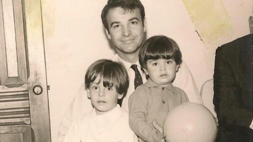 Mateus (à direita) com seu pai e irmão