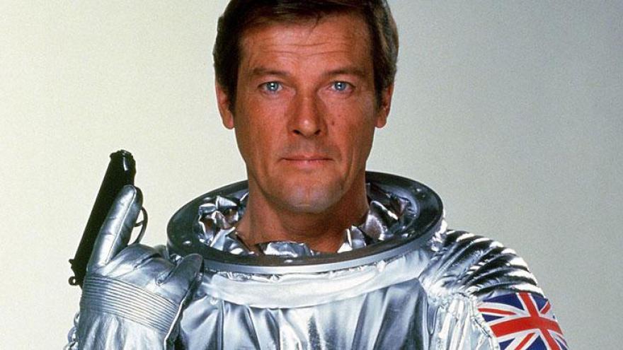 Roger George Moore foi um ator britânico, célebre por interpretar o agente secreto britânico James Bond por sete vezes no cinema.