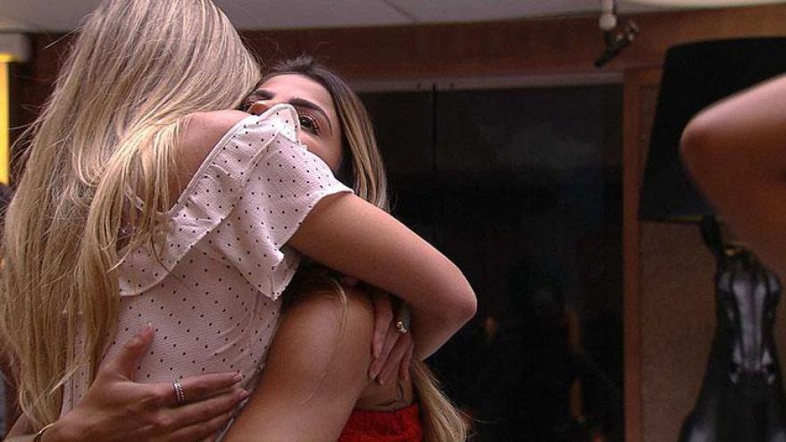 Emparedados se abraçam após fala de Tiago Leifert