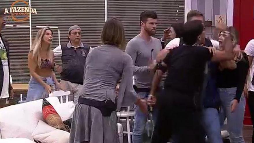 Fabio Arruda parte novamente para cima de Ana Paula Minerato e xinga a peoa de