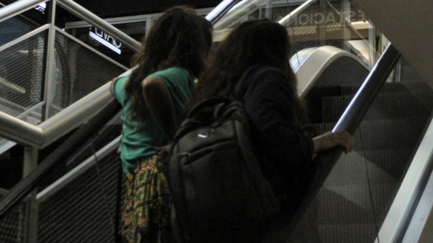 Ana Carolina e namorada saindo escondidas.