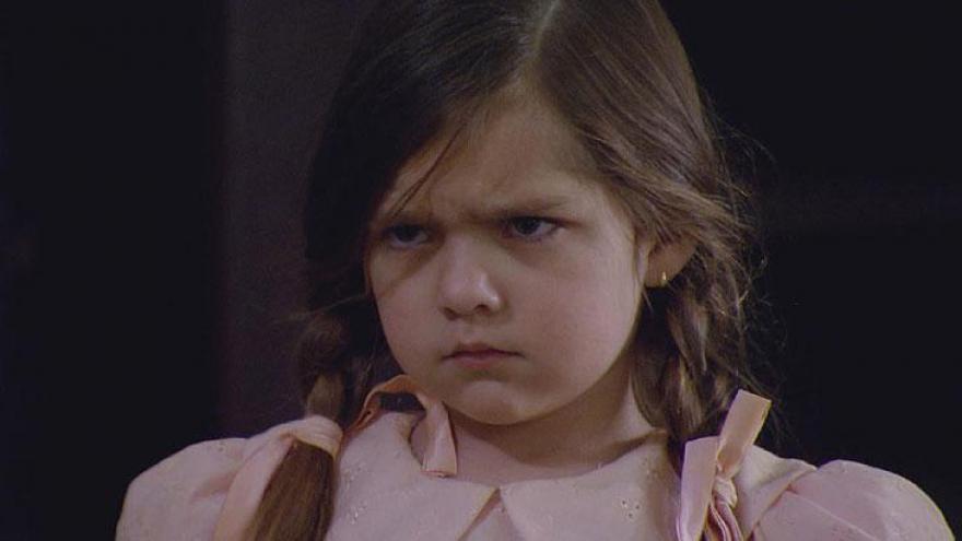 A personagem Maria chama babás e diaristas para irem até o casarão com a desculpa de cuidar ou limpar o quarto de sua netinha Bia