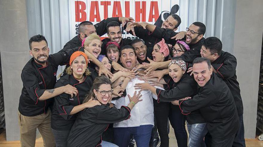 Os 16 participantes brincam com Buddy Valastro