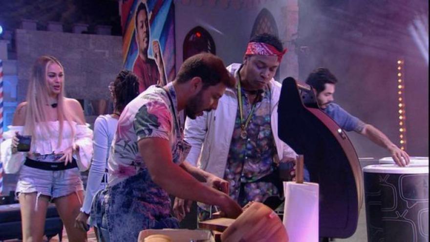 Festa desta quarta (03) foi em homenagem ao líder, Nego Di, com direito a bar-barbearia