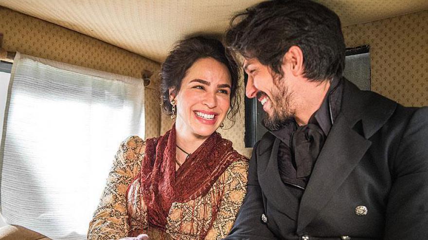 Chalaça ( Romulo Estrela ) e Benedita ( Larissa Bracher )