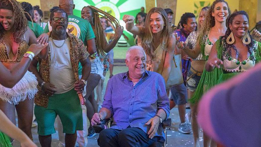 Paloma leva Alberto pra quadra de samba