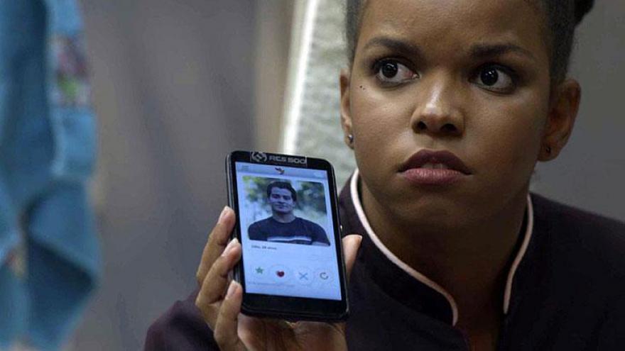Tânia mostra para Cíntia que Júlio está no app