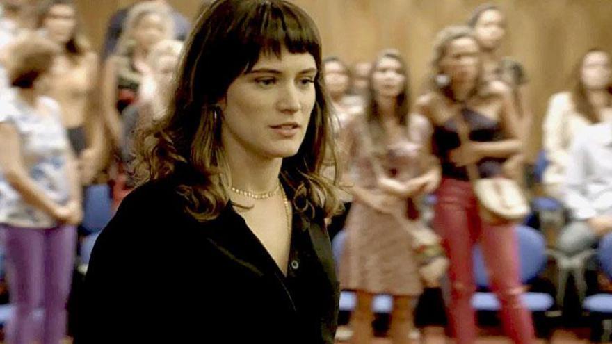Clara anuncia na frente de todos que Beth irá morar com ela em Palmas