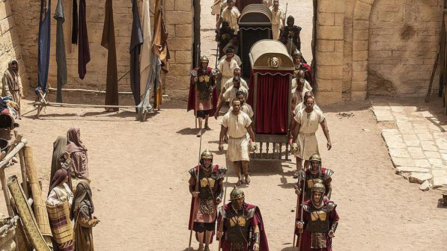 Pilatos chega com sua comitiva