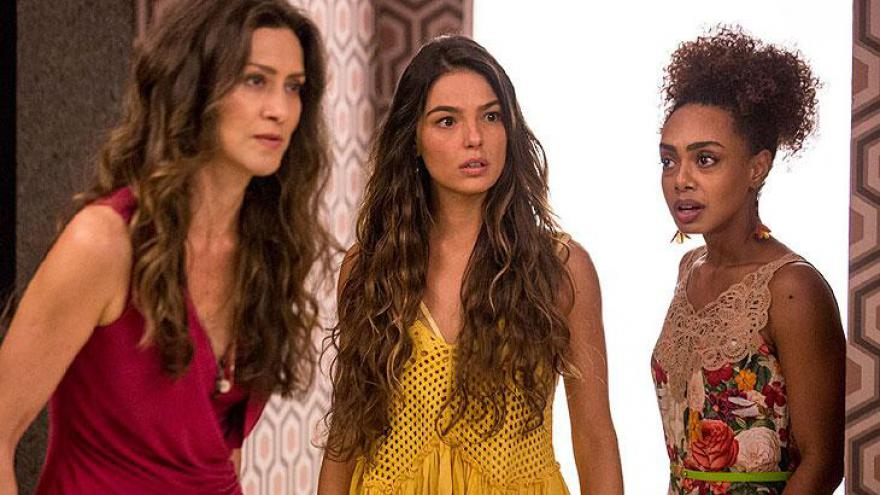 Ritinha fica chocada com o barraco de Irene e Joyce.