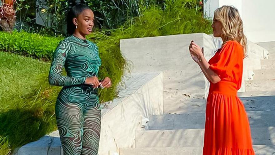 Eliana recebe Iza em sua casa no Rio