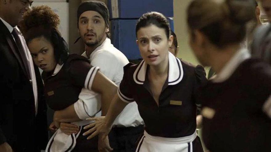 Sandra Helena e Tânia saem no tapa na frente de todos. Camareira ouve a colega falando mal dela e não se segura.