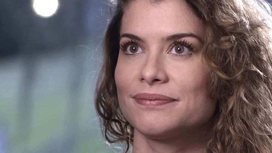 Isabel aparece de surpresa na casa de Alain