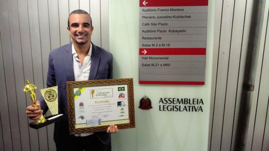 Victor Galhardo Rosa recebendo Prêmio Comunicação e Destaque como revelação empresarial em turismo